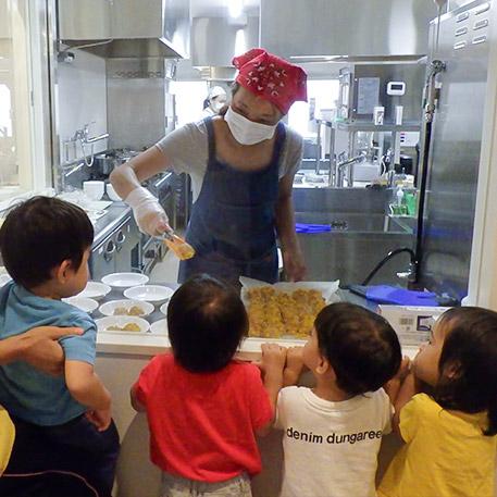 2名の栄養士と3名の調理師が、こどもたちの体の成長と健康をサポートします。